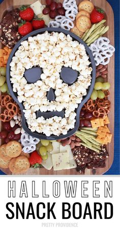 Halloween Snack Board – Perfect sweet and savory snack for a Halloween party! Halloween Snack Board – Perfect sweet and savory snack for a Halloween party! Halloween Desserts, Entree Halloween, Buffet Halloween, Halloween Party Snacks, Snacks Für Party, Party Treats, Diy Halloween, Easy Halloween Appetizers, Halloween Potluck Ideas