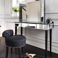 Luxury Art Deco Mirrored Dressing Table or Console Furniture Surface Dressing Table Mirror Silver Art Deco Chair, Art Deco Furniture, Furniture Design, Art Deco Stil, Art Deco Home, Art Deco Spiegel, Art Deco Dressing Table, Dressing Tables, Mirrored Furniture