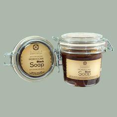 Alassala Marokkaanse zwarte zeep met biologische Argan olie is een natuurlijke verzachtende, reinigende en vocht-inbrengende zeep. Het vermindert droogheid en schilfering, verbetert de helderheid, elasticiteit, stevigheid en textuur van de huid en verwijdert dode huidlagen. www.delissebloem.be