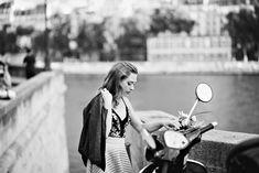 Séance photo à Paris - l'amour romantique. Un après-midi de juillet à Paris est un timing parfait pour une séance photo romantique. Une lumière magique brillait et nous avons passé un moment très agréable en faisant un tour au bord de la Seine.
