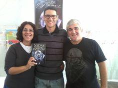 O escritor Daniel Moraes e a escritora Andreia Garcia ao lado do esposo Dennis na ferira literária de Suzano - SP