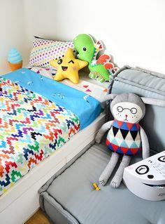 A @amomooui e @mimootoysndolls fazem parte da decoração de quarto para 3 meninos! O espaço foi idealizado pela @uebaa_design para acomodar 3 crianças contando com um berço e uma cama beliche. A decoração foi comandada pela @mixconteudo que abusou das roupas de cama da Mooui e acessórios da Mimo (tapete, mesinha e brinquedos). #criança #menino #bebê #decoração #quarto #quartinho #roupadecama #detalhe #inspiração #kids #children #baby #boy #decor #bedroom #nursery #detail #inspiration #syle
