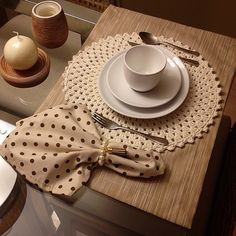 The crochet Sousplat is a piece that serves to complement the decoration of the dining table with sophistication, beauty and elegance. Crochet Placemats, Crochet Doilies, Crochet Towel, Table Setting Inspiration, Table Runner And Placemats, Boho Home, Crochet Home Decor, Deco Table, Decoration Table