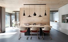 Modern étkező natúr fa felülettel és Tom Dixon lámpákkal