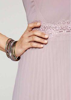 Se nu:Övertygande feminin! Elegant ärmlös klänning med hög rund halsringning och fina veck