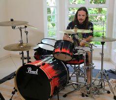 Tamiel, do BBB16, é fã de heavy metal e toca bateria em casa.