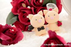 bride and groon Pig and  Piggy Wedding Cake Topper., via Etsy.
