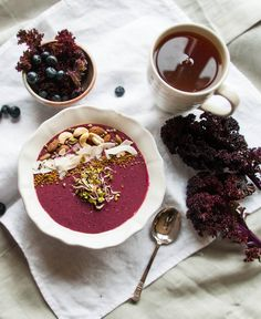 Smoothie bowl with purple kale, beetroot and blueberries. Get the recipe on www.lealou.me!