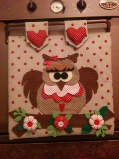 Copriforno con Gufetto Clothespin Bag, Chicken Crafts, Quilting Board, Easy Arts And Crafts, Fabric Pictures, Owl Crafts, Quilted Wall Hangings, Cuisines Design, Felt Fabric