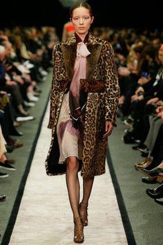 Givenchy PFW Fall 2014: http://juliapetit.com.br/moda/apanhadao-pfw/