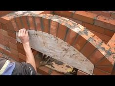 Кладка кирпичного МАНГАЛА - YouTube Outdoor Fireplace Plans, Outdoor Fireplace Designs, Outdoor Stove, Pizza Oven Outdoor, Barbecue Garden, Outdoor Barbeque, Outdoor Garden Bar, Brick Grill, Built In Braai