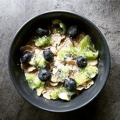 Petit dej d'avoine avec sur des flakes d'épeautre du kiwi et des blueberries. Vegan healthy et délicieusement réconfortant avec le temps qu'il fait aujourd'hui! Bonne journée a tous   Vegan breakfast this morning just what I needed  Have a great day…