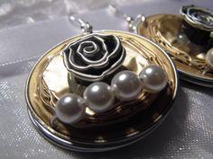 Nespresso Schmuck - Ohrringe mit Rose  Bildschöne handgefertigte Ohrringe aus Nespresso Kapseln, besetzt mit einer braun-silbernen Rose und vier naturweißen elfenbeinfarbenen Perlen. Die Ohrhaken sind nickelfrei und werden mit Ohrringverschlusskappen aus Gummi geliefert.