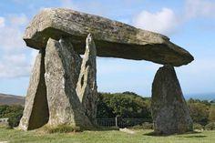 Dolmen: es una tumba construida a partir de dos piedras verticales de forma poligonal o circular que se clavan en el suelo y sobre las que descansa otra piedra horizontal  que realiza la función de techumbre.