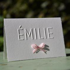 Mooi klassiek kaartje voor Emilie met een fijn dun strikje. #letterpress #letterpers #geboortekaartje #birthannouncement #klassiek #classic