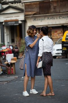 Street Style : On the Street.Drashta & Jahnavi Mumbai (The Sartorialist) The Sartorialist, Looks Street Style, Looks Style, Inspiration Mode, Tuesday Inspiration, Mode Outfits, Teen Outfits, Chic Outfits, Look Fashion