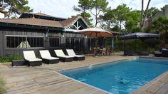 Cap Ferret villa bois avec piscine. Entre bassin et océan, un emplacement privilégié exposé Sud. L'agence immobilière du Cap www.agence-cap-ferret.com