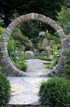 Circular stone gate - This is very cool, I wonder how they supported the curve while making it......