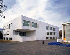 Städtebau Die bestehende Schulanlage ist gekennzeichnet durch ein heterogenes Äusseres und eine disperse Anordnung. Mit den vorgeschlagenen drei Erweiterungsetappen werden an der Peripherie des Are…