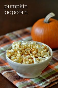 The Best Pumpkin Popcorn Recipe - Healthy Fall Snack Healthy Snacks For Weightloss, Healthy Movie Snacks, Healthy Popcorn, Popcorn Recipes, Gourmet Recipes, Real Food Recipes, Snack Recipes, Cooking Recipes, Healthy Recipes