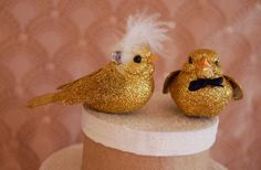 How cute are these glittery gold bird #wedding cake toppers?!