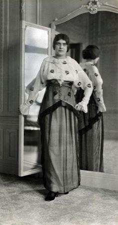 Damesmode. Modeshow van door kunstenaars van de Wiener Werkstätte ontworpen dameskostuums bij Maison Hirsch & Cie in Amsterdam, o.a. getoond mannequins uit Amsterdam. Nederland, Amsterdam, 1913.