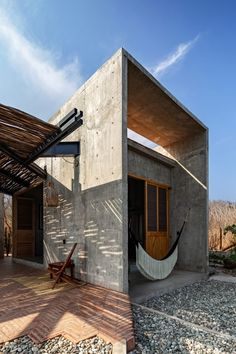 Both externally and internally, the building's concrete structure has been left unfinished and exposed on all surfaces. It is complemented by concrete counters, shelving and concrete bases for the home's beds. Massachusetts, Building Process, Archdaily Mexico, Journal Du Design, Rest House, Internal Courtyard, Kitchens And Bedrooms, Concrete Structure, Wooden Doors