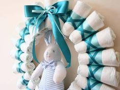Step by step diaper wreath instructions and pattern for how to make a classy rolled-diaper style of wreath. Create a beautiful and memorable baby shower gift. Baby Shower Crafts, Baby Shower Parties, Shower Gifts, Baby Shower Diapers, Baby Boy Shower, Baby Shower Centerpieces, Baby Shower Decorations, Diaper Wreath Tutorial, Diaper Cake Instructions