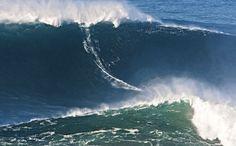 Portugal, nueva meca mundial del surf | via Condé Nast Traveler España | 27/10/2014 En 2012 Garrett McNamara pasó a formar parte del libro Guinness de los récords por haber surfeado la ola más alta del mundo en Nazaré, un pueblo entre Lisboa y Oporto. Andi Kling se encuentra con el surfista hawaiano en Portugal para entender por qué el país, con sus 1.860 kilómetros de costa, es una de las nuevas mecas mundiales del Surf. #Portugal