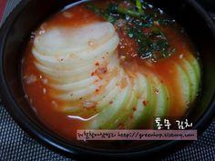 간단하고 맛있는 가을찬 쉰세번째, 통무김치입니다. 가을찬은 김치가 많습니다. 김치재료가 맛있는 계절이라 그러합니다. 올해부터는 김치를 만만 간단찬에 넣고 있는터라 조금 번거로운 작업이 있더라도 만만하게.. Just Cooking, Asian Cooking, Korean Traditional Food, Korean Side Dishes, K Food, Korean Food, Food Plating, Main Meals, Asian Recipes