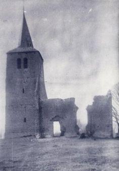 Vlierden: Kapel aan de oude Torenweg (afgebroken in 1902).  In de toren was destijds geen torenuurwerk maar de schoolmeester genoot toch jaarlijkse 36 gulden voor corporele dienst???