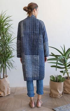 Our very last piece This Perfectly puffy coat is our collaboration with textile designer Neeru Kumar! This Indigo patchwork kantha stitch coat designed exclusively by Two is where style meets comfort. Incredibly soft and cozy like a warm blanket. The coat Cute Skirt Outfits, Cute Skirts, Rock Outfits, Sewing Clothes, Diy Clothes, Quilted Clothes, Coatdress, Mode Inspiration, Look Fashion