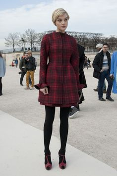 Love hair too. The Best Street Style at Paris Fashion Week: Hanneli Mustaparta worked ample texture into one look. : Jessica Stam covered up in a rich red plaid and coordinated red T-strap heels. Cool Street Fashion, Street Chic, Look Fashion, Fashion Outfits, Fashion Photo, Paris Street, Fashion 2018, Fall Fashion, Fashion Week Paris