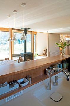 安曇野の平屋の家 Kitchen Slab, Kitchen Dinning, Wooden Kitchen, Kitchen Layout, Kitchen Design, Japanese Interior, Modern Interior, Interior Design, Beautiful Kitchens