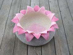 Filzen Katzenkorb/Katzenhöhle Lotus von elevele auf DaWanda.com