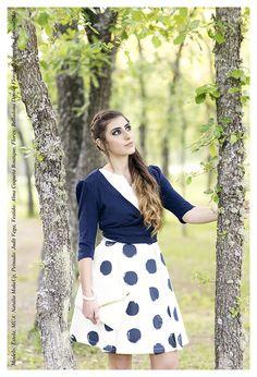 Modelo: Estela Vega Sierra (www.facebook.com/estela.vegasierra) Maquillaje: Natalia MakeUp (nataliamakeupsite...) Fotografía y retoque: Fotoaurinko (www.fotoaurinko.com) Peluquería: Judit Vega Diseño floral: Belladona (www.facebook.com/belladona.disenofloral.7) Vestuario: Alma Coqueta (www.almacoqueta.es/) #vestido #lunares #azul #moda #ropa #fashion #día #noche #retro #vintage #almacoqueta #leonesp #verano #primavera #Fotoaurinko #belladona #estela #nataliamakeup #blanco