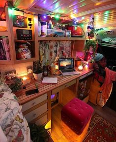 Living and traveling in a campervan can be really fun and exciting. If you are looking for guide and tips on camper living, check. Dream Rooms, Dream Bedroom, Room Ideas Bedroom, Bedroom Decor, Kombi Home, Van Home, Bus House, Camper Van Conversion Diy, Campervan Interior