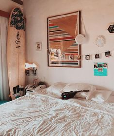 The choice of the bedside lamp is essential to bring the final touch to a cozy and warm room. Lighting, lamp type, choice of bulb or design, deco. Beachy Room Decor, Surf Decor, Surfboard Decor, Boho Decor, Surfer Room, Surf Bedroom, Bedroom Wall, Girls Bedroom, Tumblr Rooms