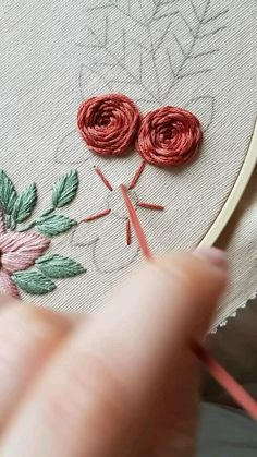 Hand Embroidery Patterns Flowers, Basic Embroidery Stitches, Hand Embroidery Videos, Embroidery Stitches Tutorial, Embroidery Flowers Pattern, Simple Flower Embroidery Designs, Learn Embroidery, Crewel Embroidery, Embroidery Techniques