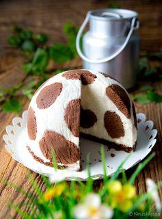 Toukokuun kakkutapaukseksi muodostui salmiakilta maistuva seeprakakku ja reseptin julkaisemisen jälkeen Kinuskigalleriaan putkahteli teidän tekemiänne seeproja. Yhdessä epäonnisessa kokeilussa salmiakkitäyte ei kuitenkaan suostunut raidoiksi taipumaan. Minä päätin kääntää asian voitoksi ja tehdä kakun, jonka on tarkoituskin olla laikukas eikä suinkaan raidallinen. Näin syntyi lehmäkakku. Kakku maistuu lempeän suklaiselle ja on tehtävissä niin laktoosittomana kuin gluteenittomana.