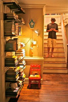 bookshelves-use stacked books as book ends on an open ended shelf
