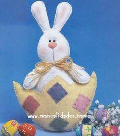 Huevo de Pascua con conejito en Fieltro
