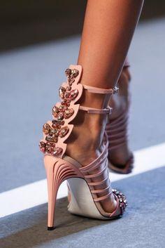 Les sandales Fendi font partie des 20 escarpins ultra-originaux repérés sur Pinterest.