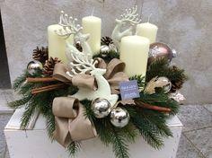 Corona d'avvento con candele e renne vaniglia.