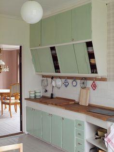 Looks sooooo like my childhood kitchen! Although it was yellow but still LOVE IT!!!!!!