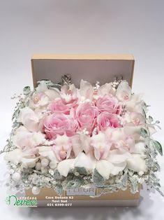 Aranžman za čestitanje Nove godine sa ružama i orhidejama