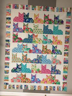 This amazing custom quilts is unquestionably a formidable style theme. Dog Quilts, Animal Quilts, Scrappy Quilts, Mini Quilts, Colchas Quilting, Quilting Projects, Quilting Designs, Quilt Stitching, Cat Quilt Patterns