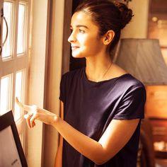 Lets Breakup - Dear Zindagi Bollywood Images, Bollywood Stars, Girl Photo Poses, Girl Poses, Alia Bhatt Photoshoot, Aalia Bhatt, Alia And Varun, Royal Clothing, Celebs