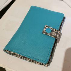 Portefeuille Compère en simili bleu et coton fleuri cousu par Sandrine - Patron Sacôtin