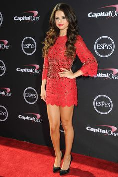 Selena Gomez rocks a red Dolce and Gabbana mini on the red carpet at the 2013 ESPYs Celebrity Dresses, Celebrity Style, Beautiful Dresses, Nice Dresses, Isabel Lucas, Selena Gomez Style, Mini Vestidos, Red Carpet Looks, Red Carpet Fashion